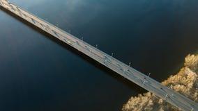 De mening van Kiev, de Oekraïne van hierboven over de het Noordenbrug met het overgaan van auto's door de Dnieper-Rivier, foto va Stock Afbeeldingen