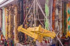 De mening van kunstmatige ketting parelt het hangen in een straatwinkel, Chennai, India, 19 Februari 2017 royalty-vrije stock afbeeldingen