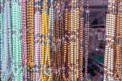 De mening van kunstmatige ketting parelt het hangen in een straatwinkel, Chennai, India, 19 Februari 2017 royalty-vrije stock afbeelding