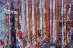 De mening van kunstmatige ketting parelt het hangen in een straatwinkel, Chennai, India, 19 Februari 2017 Stock Afbeeldingen