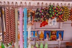 De mening van kunstmatige ketting parelt het hangen in een straatwinkel, Chennai, India, 19 Februari 2017 Stock Foto's