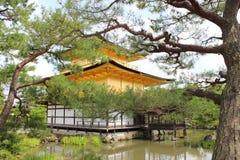 De mening van Kyoto over het gouden paviljoen Stock Foto