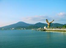 De mening van Langkawi met het standbeeld van de Adelaar, Maleisië Royalty-vrije Stock Foto's