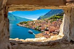 De mening van Limone sul Garda door steenvenster van heuvel stock fotografie