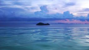 De Mening van de de Luxezonsondergang van de reisvakantie en pool van de Kuuroord de Tropische toevlucht Langzame Motie 3840x2160 stock videobeelden
