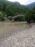 De mening van de Makhuntsetibrug van de rivierbank, Adjara-Gebied, Georgië Royalty-vrije Stock Foto's