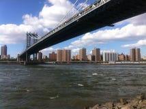 De mening van Manhattan en van de Brug van Brooklyn Stock Fotografie