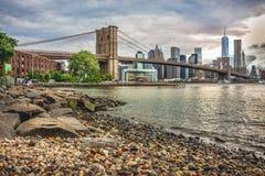 De mening van Manhattan met de Brug van Brooklyn stock afbeelding