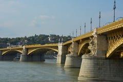 De mening van Margit verborg, de brug van Margit in Boedapest over de rivier van Donau Stock Afbeeldingen
