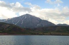 De mening van Meerbestelwagen om Suphan op te zetten Bergen van vulkanische oorsprong royalty-vrije stock foto's