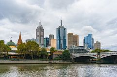 De mening van Melbourne CBD met Prinsenbrug Stock Afbeelding