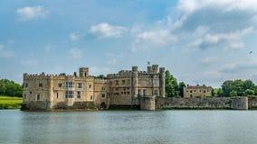 De mening van a moated middeleeuws kasteel stock afbeelding