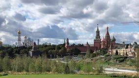 De mening van Moskou het Kremlin van centraal park in Moskou 'Zaryadye ' stock videobeelden