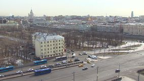 De mening van Moskou Stadscentrum Het verkeer van de dagauto Op punt stock video