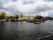 De mening van museumkluis Amsterdam en naast hem Walter SÃ ¼ skind overbrugt op de Amstel-rivier, Amsterdam, Holland, Nederland royalty-vrije stock afbeelding