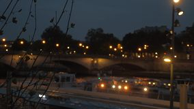 De mening van nachtparijs De Zegen met autobrug en varende toeristische waterbus stock videobeelden