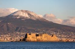 De mening van Napels met de Vesuvius zet met sneeuw op Royalty-vrije Stock Foto's