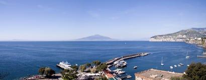 De mening van Napels van de Haven van Sorrento Stock Foto