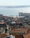 De mening van Nice aan de daken in het centrum van de stad van Lissabon Stock Afbeelding