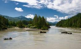 De mening van Nice aan rivier Katun met motorboot Stock Fotografie