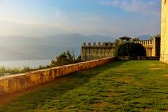 De mening van Nice van de bergen en het meer van het oude kasteel in de avond wanneer de zon daalt Italië, Angera Kasteel Rocca royalty-vrije stock foto's