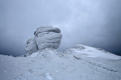 De mening van Nice van het gazon aan de bergen in sneeuw, interessant licht en mist Tijd voor toeristische avonturen stock foto's