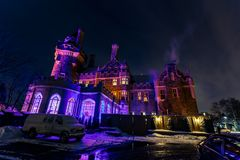 De mening van Nice van het oude, uitstekende die kasteel van Casa loma in nacht het uitnodigen tijd, door diverse lichten, achter Stock Afbeeldingen