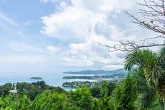 De mening van Nice met groene boom en toont van oever op Karon-meningspunt Phuket, Thailand stock fotografie