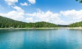 De mening van Nice van blauwe meer en bergen Stock Foto