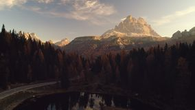 De mening van de ochtendhommel van Lago Antorno, Dolomiet, het landschap van de Meerberg met Alpen bereikt, Misurina, Cortina D ` stock videobeelden