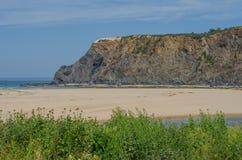 De mening van odeceixe-brengt strand in Aljezur, Portugal in de war Stock Foto's
