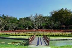 De mening van openbare parkland heeft houten brug, bloemtuin Stock Afbeeldingen