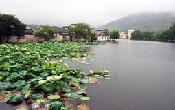 De mening van oud Hongcun-dorp enshrouded met mist in Anhui PR Stock Foto