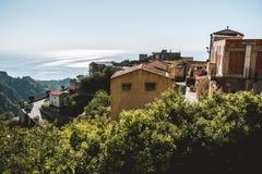 De mening van oud Savoca-dorp in Sicilië, Italië stock foto's
