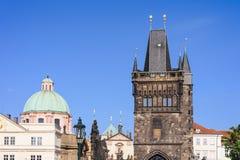De mening van de Oude Toren van de Stadsbrug staart Mesto-Toren van Charles Bridge Karluv Most in Praag, Tsjechische Republiek stock foto's