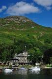 De manor van de steen op de kust van Schotse loch Stock Foto