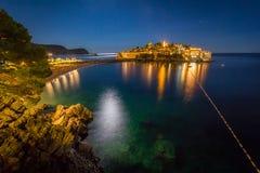 De mening van overzees van Sveti Stefan eilandje bij nacht Royalty-vrije Stock Foto