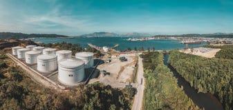 De mening van de panoramahommel van fabriek in de baai stock foto