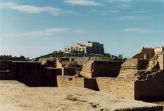 De mening van perspectief op de ruïnes van Babylon op een hete dag in het woestijnzand stock afbeeldingen