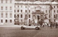 De mening van Praag in uitstekende stijl Beautyful retro auto op het stadsvierkant royalty-vrije stock foto