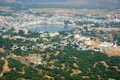 De mening van Pushkar, beroemde Hindoese bedevaartstad, de middelenblauw van de stadsnaam Royalty-vrije Stock Afbeelding