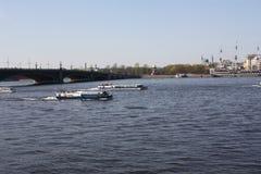 De mening van de rivier, de brug en de boten stock afbeelding