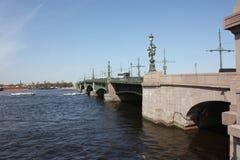 De mening van de rivier, de brug en de machines royalty-vrije stock afbeelding