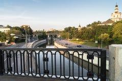 De mening van de rivier Yauza en de rijweg van zijn dijken van Kostomarovsky overbruggen in zonsonderganglicht, Moskou, Rusland stock foto's