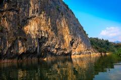 De mening van de rotsberg met water langs de kant Stock Afbeeldingen