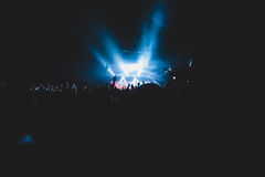 De mening van rotsoverleg toont in grote concertzaal, met menigte en de stadiumlichten, een overvolle concertzaal met scènelichte Royalty-vrije Stock Foto