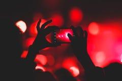 De mening van rotsoverleg toont in grote concertzaal, met menigte en de stadiumlichten, een overvolle concertzaal met scènelichte royalty-vrije stock fotografie