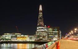De mening van de Scherfbouw bij nacht, Londen, het Verenigd Koninkrijk stock foto