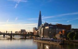 De mening van de Scherfbouw, wolkenkrabbers en de Rivier van Theems bij zonsondergang, Londen, het Verenigd Koninkrijk stock fotografie