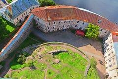 De mening van smeedt werf, Gevangenistoren en Zuidelijke muur van St Olav& x27; s Toren in Vyborg-Kasteel, Rusland royalty-vrije stock foto's